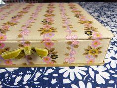 Hot pink & lilac flower garlands fabric box with small velvet bow - hankie or glove storage - French 50s 60s vintage /  Boîte à gant ou mouchoir tissu fleurs shabby rose parme - vintage années 50 60