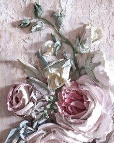 Давно хотела совместить в одной композиции несколько разных цветков. В последний диптих я включила почти все цветы из своего арсенала и многие специально разработала. Завтра ждите первую картину целиком. #евгенияермилова #декоративнаяштукатурка #цветы #объемнаяживопись #sculpturepainting