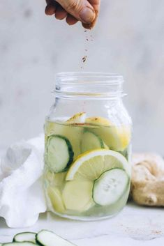 Overnight Cucumber, Ginger and Lemon Water for Bloating - Healthy Substitute Lemon Ginger Water, Warm Lemon Water, Lemon Water Health Benefits, Lemon Benefits, Lemon Water Before Bed, Lemon Uses, How To Squeeze Lemons, Diet And Nutrition