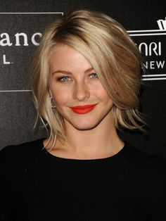 Julianne Hough Hair @ Hair Color and Makeover Inspiration Cute Hairstyles For Short Hair, Hairstyles For Round Faces, Celebrity Hairstyles, Layered Hairstyles, Trending Hairstyles, 50 Year Old Hairstyles, Celebrity Bobs, Modern Bob Hairstyles, Celebrity Videos