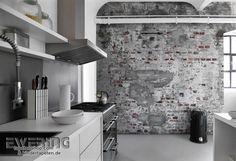 Rasch Factory 01 - Wirkt täuschend echt: Das Wandbild mit Stein-Mauer-Optik in grau zieht jeden Blick auf sich.