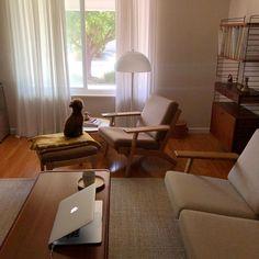 """5.0 在 Instagram 上发布:"""". 10주만에 도착한 소파와 오토만은 팔대리꼬🐶🛋 #팔로네집"""" My Living Room, Home And Living, Living Room Decor, Living Spaces, Room Interior, Interior Design Living Room, Muji Home, Casa Real, Minimalist Room"""