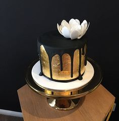 Gold leaf sugar flowers and black drips #bliciouscakes #goldleafcake #goldleaf #goldcake #30thbirthday