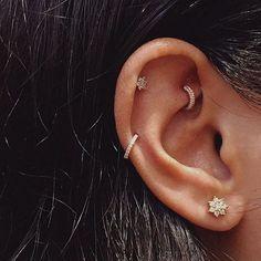 Os piercings de bolas coloridas são do século passado. Os brincos agora são pequenos, dourados, bonitos e ter furos nas orelhas pode mesmo tornar-se elegante e quase uma obra de arte.