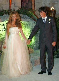 shakira se casa en un lindo vestido corte imperio Famous Wedding Dresses, Shakira, Weddings, Fashion, Bridal Dresses, Paulina Rubio, Minimal Dress, Mariage, Singers