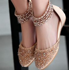 New Indian Bridal Shoes Blouses Ideas Bridal Sandals, Bridal Shoes, Bridal Footwear, Zapatos Shoes, Shoes Heels, Indian Shoes, Indian Clothes, Indian Jewelry, Wedding Flats