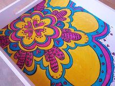 Bandejas coloridas! de Hayaresca Deco, en http://ofeliafeliz.com.ar