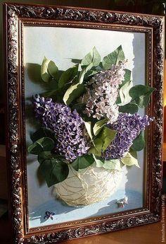 Купить или заказать панно 'Сирень' (квиллинг) в интернет-магазине на Ярмарке Мастеров. Три ветки сирени в полупрозрачной вазе подарят Вам весеннее настроение в любое время года. Можно найти и пятилепестковый цветочке на счастье. Лепестки выполнены в технике квиллинг из бумажных полос шириной около 1.5мм. Цветы, ветки, листья на проволочной основе. Ваза из тонкой салфеточной бумаги выполнена в технике папье-маше и задекорирована упаковочным материалом. Фон затонирован пастелью.