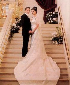vestidos-de-noiva-mais-caros (7) 2000 Catherine Zeta-Jones  No mesmo ano, a atriz disse sim a Michael Douglas com vestido Christian Lacroix no valor de 140 mil dólares(R$ 312 mil)  Lembrando que os números reais sofrem alterações com o passar dos anos e o valor da moeda)informações http://chic.uol.com.br/linha-do-tempo/noticia/linha-do-tempo-veja-os-vestidos-de-noiva-mais-caros-de-todos-os-tempos