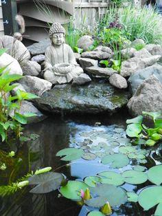 statue-bouddha-exterieur-fontaine-zen-bassin-d-eau-avec-nénuphars