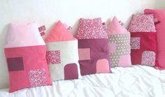Des maisons-coussins roses proposées par Pomme et plume
