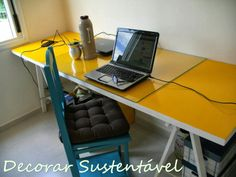 mesa de trabalho com cavalete