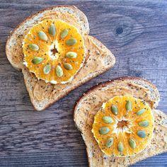 Al comerte un snack o colación, asegúrate de incluir proteínas, fibra y grasas buenas, esto te ayudará a eliminar los antojos!  Mi snack am hoy fue: pan integral, mantequilla de maní casera, naranja, semillas de zapallo y semillas de chía.  Más información en: http://instagram.com/p/x12GktlWu4/ ;)