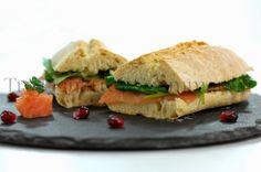 Panino con salmone affumicato e piccola insalata di valeriana, melagrana e senape al miele | Tra pignatte e sgommarelli
