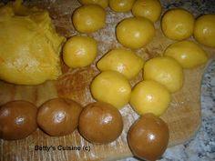 Betty's Cuisine: Κουλουράκια δίχρωμα Pretzel Bites, Biscuits, Bread, Fruit, Food, Mother Theresa Quotes, Crack Crackers, Cookies, Brot