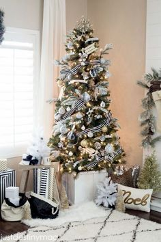Check Out 25 White And Silver Christmas Tree Decorations Ideas. Silver and white colors are the best ones to remind of icy winter days. They are amazing for décor – white snowflakes, silver garlands and, of course, white Christmas tree decorations! Black Christmas Trees, Beautiful Christmas Trees, Noel Christmas, Christmas Tree Decorations, Christmas Tree Ideas 2018, Flocked Christmas Trees Decorated, Christmas Ornaments, Christmas Mantles, Vintage Christmas