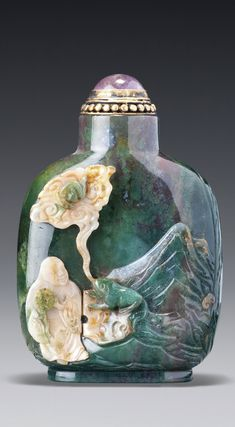 A GREEN QUARTZ 'LIU HAI AND TOAD' SNUFF BOTTLE OFFICIAL SCHOOL, QING DYNASTY, 18TH / 19TH CENTURY