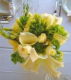 wedding centerpiece photos - cream colored wedding centerpiece with roses, calla lilies, lilies and lisianthus.