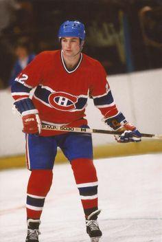 Steve Shutt était un marqueur né. Il a grandi à Toronto en encourageant ses héros locaux, les Maple Leafs, et s'est illustré chez les juniors avec les Marlboros de Toronto avant d'être extirpé de son patelin par les Canadiens, qui en ont fait leur premier choix lors du repêchage de la LNH en 1972. Après une récolte de 16 points à sa campagne recrue, il a haussé sa production à 35 en 1973-1974, mais l'occasion de jouer régulièrement ne devait se présenter ni rapidement, ni facilement. Hockey Rules, Hockey Teams, Hockey Players, Nhl, San Jose Sharks, Stars Hockey, Ice Hockey, Montreal Canadiens, Montreal Hockey