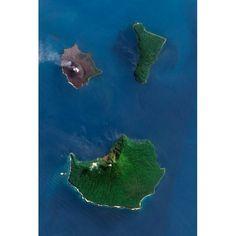 """Imagen del satélite de la NASA Observación de la Tierra-1 (EO-1) del volcán Krakatoa, entre las islas indonesias de Java y Sumatra , con una """"tenue"""" nube de cenizas  el 31 de julio de 2011. En 1883, un volcán destruyó la isla del Pacífico de Krakatoa, causando una explosión tan fuerte que se escuchó a 4500 km de distancia y provocó un tsunami que mató unas 30.000 personas. Foto: AFP / NASA"""
