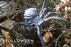 Neat spiders AND screen drying rack Halloween Lawn Decorations, Creepy Halloween Props, Spider Decorations, Halloween Themes, Halloween Queen, Halloween Ii, Halloween Spider, Halloween Crafts, Halloween Tricks