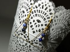 Boucles d'oreille triangulaires avec petites perles en pierre fine de Sodalite : Boucles d'oreille par mademoiselle-topaze-bijoux
