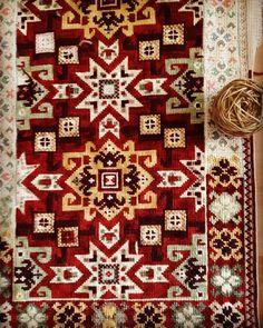 Alfombra en proceso, bordada por una clienta #bordados #puntocruz #enbroidery #lanas #alfombra #hechoamano Cross Stitching, Handicraft, Persian, Bohemian Rug, Rugs, Home Decor, Instagram, Amor, Embroidery Designs