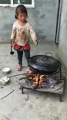 Poor chinese girl feeds her brother Poor Children, Precious Children, Children In Need, Working With Children, Beautiful Children, Funny Baby Faces, Funny Babies, Funny Kids, Cute Kids