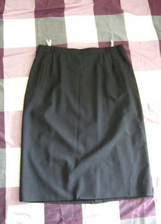 Kaufe meinen Artikel bei #Kleiderkreisel http://www.kleiderkreisel.de/damenmode/lange-rocke/103420774-schlichter-schwarzer-knielanger-strecht-rock