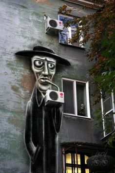 Solucion a los horribles aparatos de los aire acondicionado! An Amazing Piece of Street Art