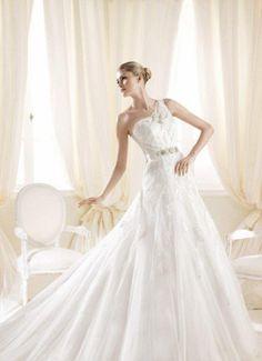 23 elegante Brautkleider mit One Shoulder Ausschnitt   Prinzessin Idee mit reicher Stickerei. Der Gürtel ist aus Satin, mit Dekoration