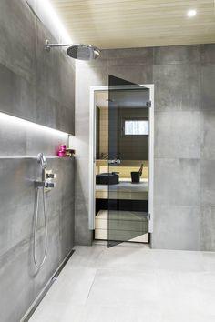 Pesuhuoneen seinäsyvennys tarjoaa valoa ja laskutasoa. Mikko ja Emilia raahasivat rakennukselle useammanlaista laattamallia ennen kuin löysivät täydellisen vaihtoehdon Värisilmän Interno-mallistosta.