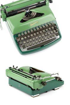 Grüne tragbare Schreibmaschine. Zu finden auf Etsy.