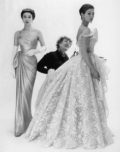 British fashion designer and the first editor of Vogue in Britain Elspeth Champcommunal with Fiona (née Campbell-Walter), Baroness Thyssen and one other fashion model 1953 © Norman Parkinson 1950s Fashion, Vintage Fashion, Classy Fashion, Petite Fashion, Editor Of Vogue, Vintage Dresses, Vintage Outfits, 1950s Dresses, Vintage Clothing
