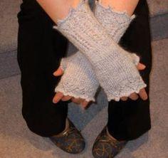 Bronte's Mitts by Kate Blackburn, via Flickr free pattern .... fingering wgt ... 410 yards