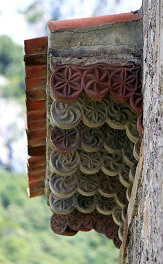 Arquitectura mozárabe. Modillones decorados en Lebeña.