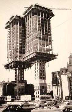 La Torres de Colón de Madrid fueron las primeras torres -y quizás las únicas- del mundo en ser construidas de arriba a abajo. Foto de 1972