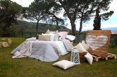 Cama romántica. Dormir en medio de la naturaleza. Love. Romantic bed . Sleep in the middle of nature.