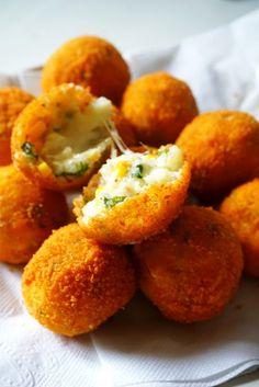 İçi Peynir Dolu Lezzetli Patates Topları | Nasıl Yapılır? Nedir? Bilgi Sitesi Time To Eat, Snack Bar, Iftar, Brunch, Food And Drink, Veggies, Appetizers, Potatoes, Pasta