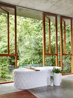 I just saw this house by and for Jesse Bennett and Anne-Marie Campagnolo on The Design Files. He's a builder, she's an interior design and this house is perfect Decoracion Vintage Chic, Interior Design Awards, The Design Files, Tropical Houses, Tropical Forest, Tropical Paradise, Deco Design, Amazing Bathrooms, Coolest Bathrooms