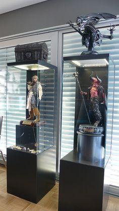 """Jack Sparrow und The Lord of Darkness in Eigenbau-Vitrinen. Oben steht die Alien-Queen von Sideshow und """"The Dead Mans Chest"""" von Master Replika."""