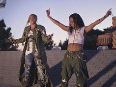 """#culturete Nossa dica para animar a playlist deste feriado é """"Way Back"""" música da @officialTLC girlband que bombou nos anos 90 com """"No Scrubs"""" e """"Waterfall"""" e depois de quinze anos lança um álbum na mesma pegada hip hop romântica que a gente amava. Não sei vocês mas nós estamos com esse hit na cabeça! (: Reprodução)  via GLAMOUR BRASIL MAGAZINE OFFICIAL INSTAGRAM - Celebrity  Fashion  Haute Couture  Advertising  Culture  Beauty  Editorial Photography  Magazine Covers  Supermodels  Runway…"""