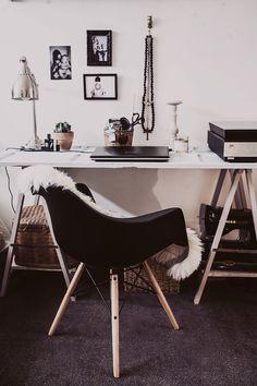 Branco, preto, prata e uma mesa de tripé.