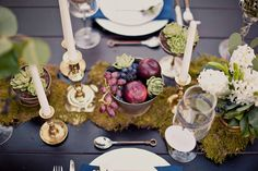 Woodland wedding centerpiece - love the fresh fruits and the moss table runner Thanksgiving Table Settings, Holiday Tables, Thanksgiving Decorations, Table Decorations, Moss Table Runner, Edible Centerpieces, Autumn Table, Winter Table, Table Design