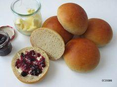Wie lust ze ze niet van die zachte witte broodjes. Ze worden ook wel melk- of boterbroodjes genoemd. Ik heb ze deze keer rond gemaakt.