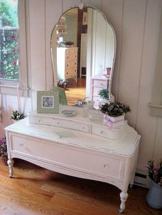Shabby Chic Pink Paint Styles and Decors to Apply in Your Home – Shabby Chic Home Interiors Shabby Chic Vanity, Shabby Chic Pink, Vintage Shabby Chic, Shabby Chic Furniture, Shabby Chic Decor, Vintage Home Decor, Painted Furniture, Antique Vanity, Vintage Vanity
