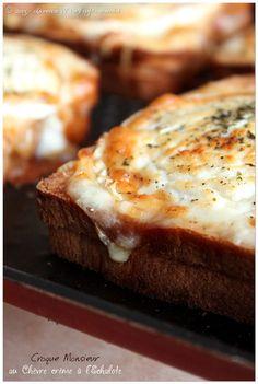 Croque-Monsieur au chèvre crème à l'échalote | Trop Chou ! Pour 6 croque-monsieur :  - 12 tranches de pain de mie - 3 tranches de jambon blanc - 20 cl de crème semi épaisse - 150 gr d'emmental râpé - poivre noir du moulin, sel - une échalote finement émincée (à défaut 1 belle cuillère à soupe d'échalote déshydratée) - origan - une large bûche de chèvre de 170 gr environ