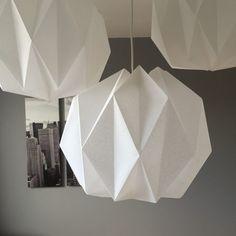 DIY lampe origami - origami lamp - www. Led Diy, Origami Box With Lid, Origami Lampshade, Diy Luminaire, Origami Artist, Christmas Origami, Origami Design, Origami Stars, Diy Interior