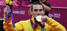 O ginasta Arthur Zanetti com medalha de ouro conquistada nos jogos de Londres, em 2012 - Valterci Santos/COB