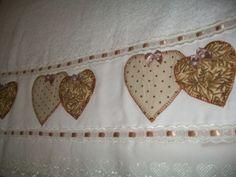 Conjunto de Toalhas de Banho/Rosto com aplicação de corações , caseadas a mão, tecido 100% algodão. A de banho mede 1.40cm. de comprimento e 0.70 cm. de largura , a de rosto mede 0.50 cm. de largura e 0.80 cm. de comprimento. Poderá ser aplicado outra cores de toalhas e de cores de tecido. Tudo feito artesanalmente. R$ 83,00